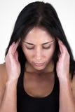 Frauenholding ihr Kopf in ihren Händen Lizenzfreies Stockbild