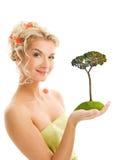 Frauenholding Kieferbaum lizenzfreies stockfoto