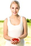 Frauenholding-Kirschtomaten Lizenzfreies Stockfoto