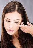Frauenholding-Kontaktlinse auf Finger Lizenzfreies Stockfoto