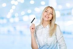 Frauenholding Kreditkarte Lizenzfreies Stockbild
