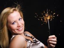 Frauenholding Sparkler und Feiern Lizenzfreie Stockfotos