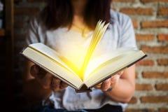Frauenholding und Lesebuch Lizenzfreie Stockbilder