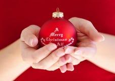 Frauenholding-Weihnachtskugel Lizenzfreies Stockfoto