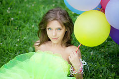 Frauenholdingbündel bunte Luftballone Lizenzfreies Stockfoto