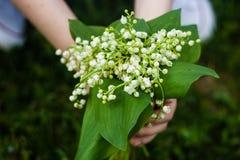 Frauenholdingblumenstrau? von Lilien des Talabschlusses oben stockfoto