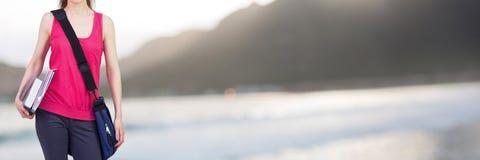 Frauenholdingdateien und -ordner mit unscharfem Landschaftshintergrund Lizenzfreies Stockfoto