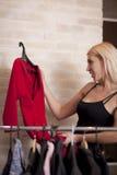 Frauenholdingkleid Stockbilder