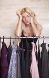 Frauenholdingkleid Stockfoto