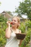 Frauenholdingkorb mit Erdbeeren stockfotos