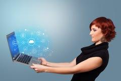 Frauenholdinglaptop mit Wolke basiertem Systemkonzept lizenzfreie stockfotos