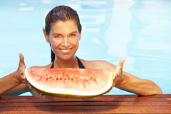 Frauenholdingmelone im Pool Lizenzfreie Stockfotografie