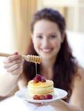 Frauenholdingpfannkuchen mit Frucht und Honig stockfotos