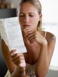 Frauenholdingpillen Lizenzfreies Stockfoto