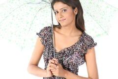 Frauenholdingregenschirm für Farbton Lizenzfreies Stockbild