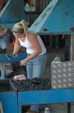 Frauenhufschmied, der mit Hammer arbeitet lizenzfreie stockfotos