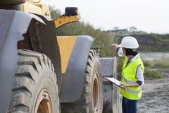 Fraueningenieur auf einer Baustelle lizenzfreies stockbild
