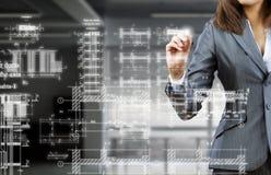 Fraueningenieur bei der Arbeit lizenzfreies stockbild