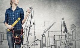 Fraueningenieur, der ihre Ideen skizziert Stockbilder