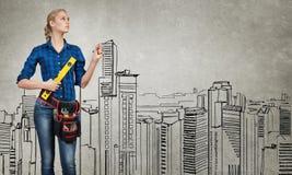 Fraueningenieur, der ihre Ideen skizziert Lizenzfreie Stockbilder