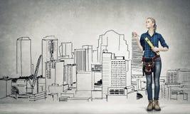 Fraueningenieur, der ihre Ideen skizziert Lizenzfreies Stockfoto