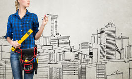 Fraueningenieur, der ihre Ideen skizziert Stockfotografie