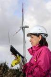 Fraueningenieur, der Windkraftanlagen überprüft stockfotos