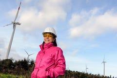 Fraueningenieur, der Windkraftanlagen überprüft stockfoto