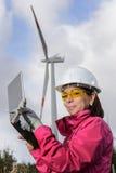 Fraueningenieur, der Windkraftanlagen überprüft stockbilder
