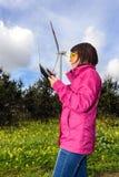 Fraueningenieur, der Windkraftanlagen überprüft lizenzfreies stockbild