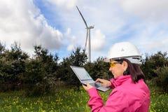 Fraueningenieur, der Windkraftanlagen überprüft lizenzfreie stockfotos