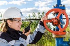 Fraueningenieur im Ölfeld Lizenzfreie Stockbilder
