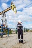 Fraueningenieur im Ölfeld Lizenzfreie Stockfotos