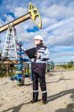 Fraueningenieur im Ölfeld Stockbild