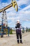 Fraueningenieur im Ölfeld Lizenzfreie Stockfotografie