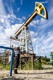 Fraueningenieur im Ölfeld Stockfotos