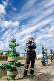 Fraueningenieur im Ölfeld Stockbilder