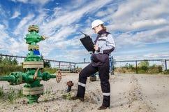 Fraueningenieur im Ölfeld Lizenzfreies Stockfoto