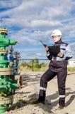 Fraueningenieur im Ölfeld Stockfotografie