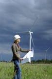 Fraueningenieur- und -windturbinen Stockfoto