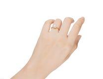 Frauenisolat des Ringes in der Hand auf weißem Hintergrund Lizenzfreies Stockfoto