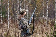Frauenjäger im Wald Stockfotos