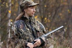 Frauenjäger mit Gewehr im Herbstwald Stockfotos