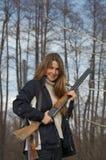 Frauenjäger mit zwei Gewehren Stockbild
