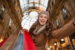 Frauenkäufer, der selfie im Galleria Vittorio Emanuele II nimmt Lizenzfreies Stockfoto
