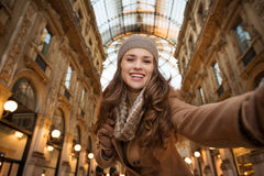 Frauenkäufer, der selfie im Galleria Vittorio Emanuele II nimmt Stockbilder
