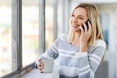 Frauenkaffeetelefon Lizenzfreies Stockfoto