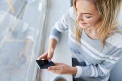 Frauenkaffeetelefon Stockbilder