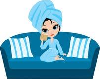 Frauenkarikatur in einem Tuch auf einem Sofa. Stockbild