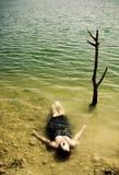 Frauenkarosserie über dem Wasser